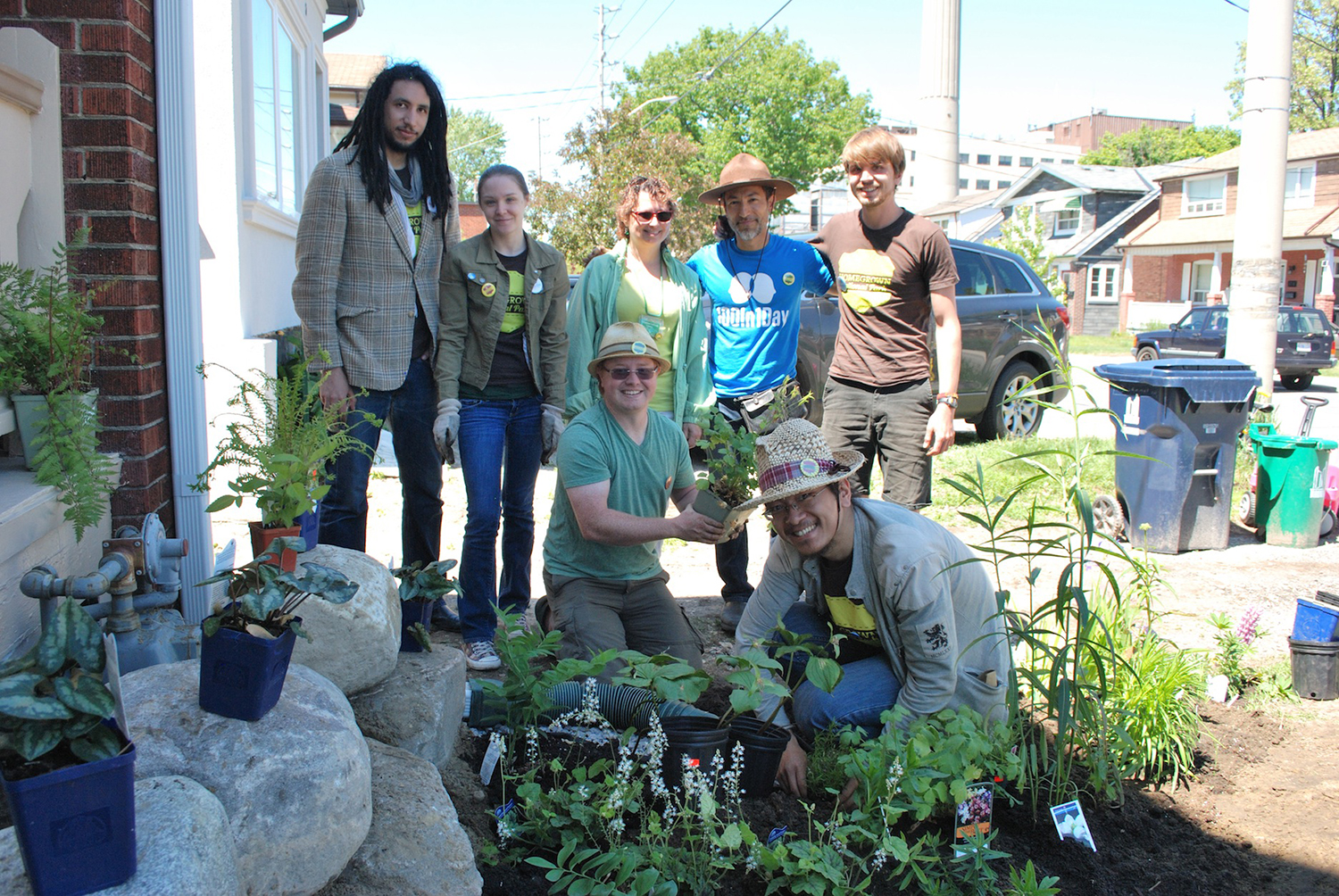 Participants in 100In1Day Toronto gather to help build a rain garden in a Toronto neighbourhood. Image: Kat Augustin